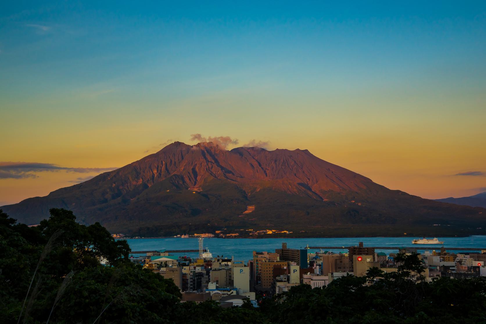 夕日に染まる桜島の山肌-1