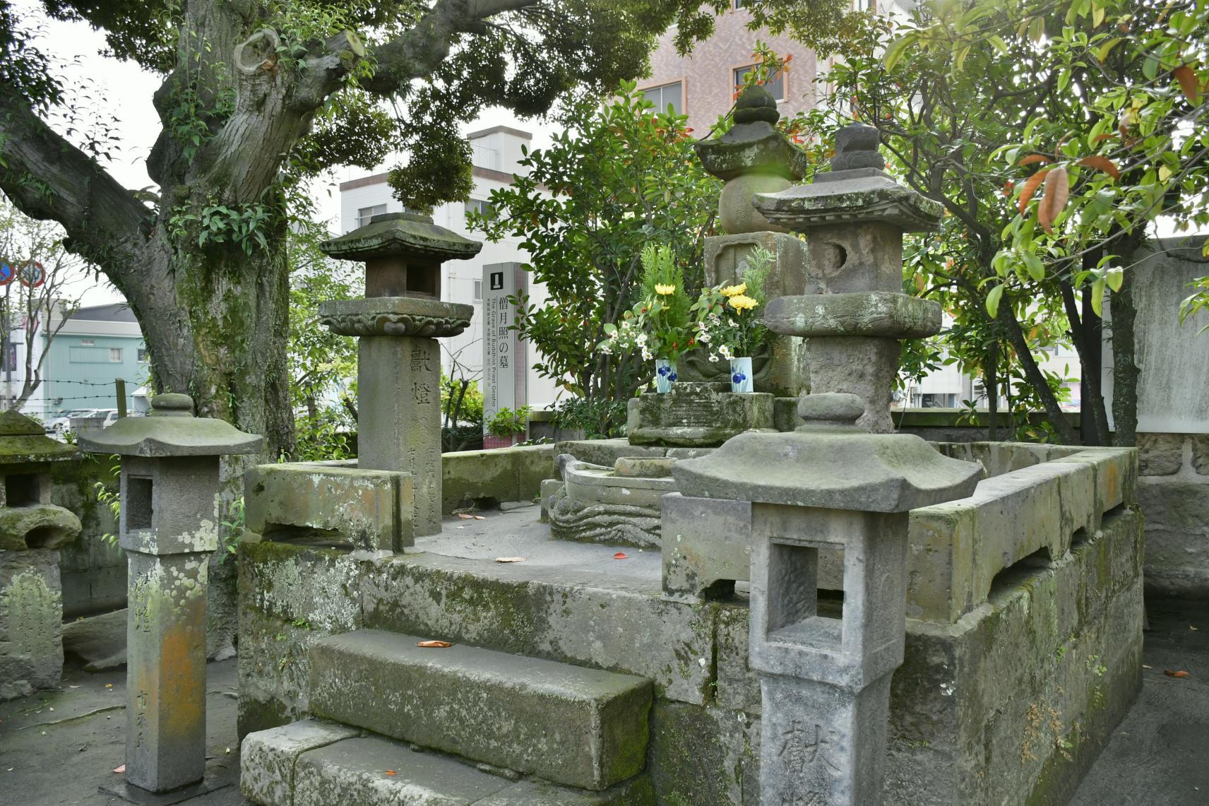 僧月照の墓-1